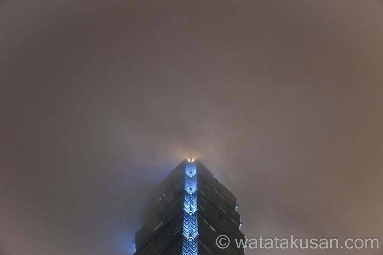 霧がかかっている台湾の台北101