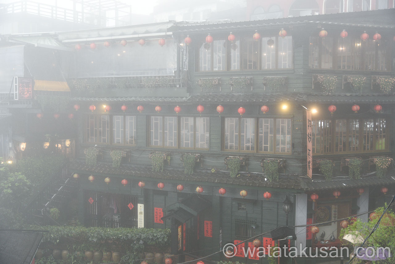 台湾の九份に霧がかかっている