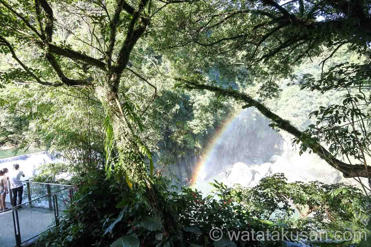 台湾の十分の滝で見えた虹