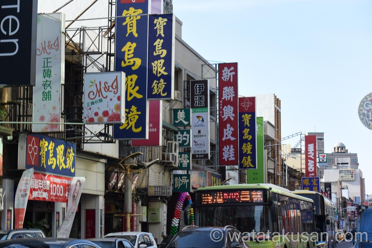 台湾の街並みで看板がたくさんあり、交通量が多い