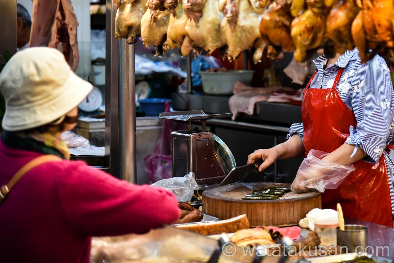 台湾の露天で食べ物を買っている